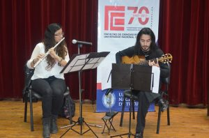 Actuación musical del dúo integrado por Alfonsina Milioto Carignano y Daniel Lazarte